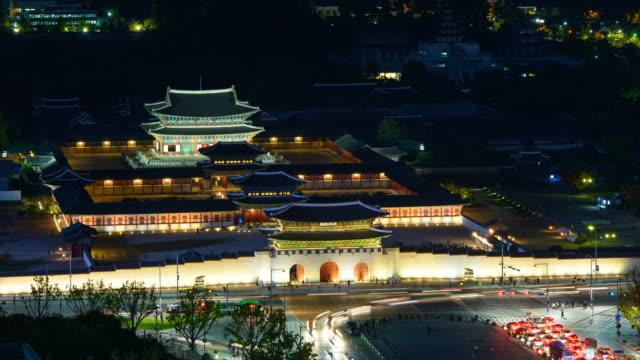 ws t/l view of kyongbokkung palace at night / seoul, south korea - 乗り物の明かり点の映像素材/bロール