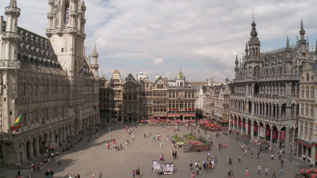 ws view of la grand place unesco world heritage / brussels, brussels capital region, belgium - regione di bruxelles capitale video stock e b–roll