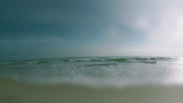vídeos de stock, filmes e b-roll de ws view of laguna beach with surfers / laguna beach, california, usa - kelly mason videos