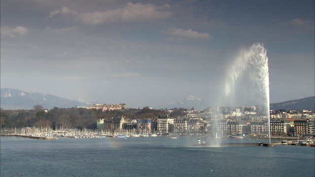 ws view of lake geneva and the famous fountain, jet d'eau / geneva, switzerland - fountain stock videos and b-roll footage