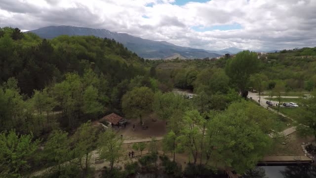 view of lake of sinizzo in abruzzo, italy, on may 7, 2017. lake sinizzo is a small lake, located in abruzzo, in the province of l'aquila. - parco nazionale video stock e b–roll