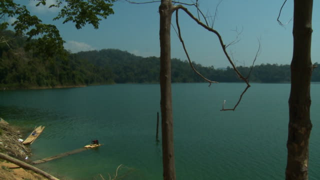 vídeos de stock, filmes e b-roll de view of lake | orang asli village, temenggor, kl - passear sem destino