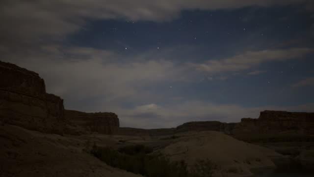 vidéos et rushes de ws t/l view of lake powell with cloudscape / utah, usa. - lac powell