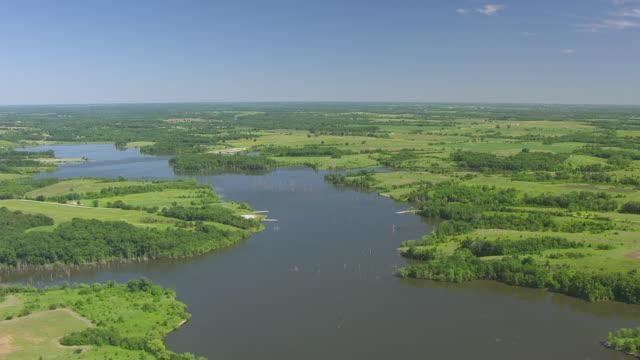 vidéos et rushes de ws aerial pov view of lake sugema / van buren county, iowa, united states - plaine caractéristiques de la terre