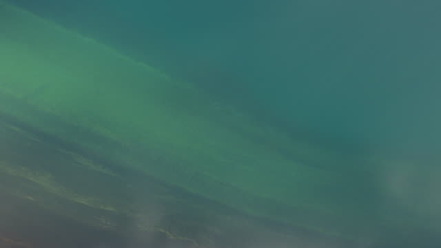 vídeos de stock, filmes e b-roll de ws aerial view of lake with lava mountains at landmannalaugur / iceland - islândia central