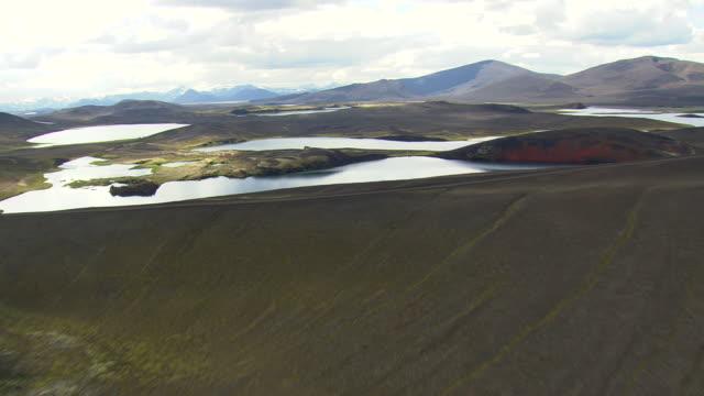 vídeos de stock, filmes e b-roll de ws aerial view of lakes and mountain at landmannalaugur / iceland - islândia central