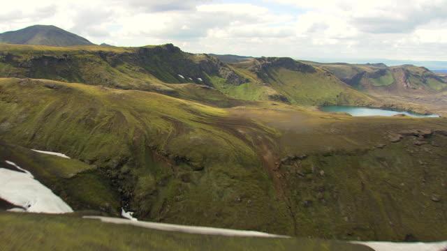 vídeos de stock, filmes e b-roll de ws aerial zi view of lakes at landmannalaugur / iceland - islândia central