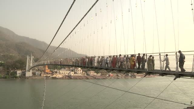 vídeos de stock, filmes e b-roll de view of lakshman jhula bridge - rishikesh