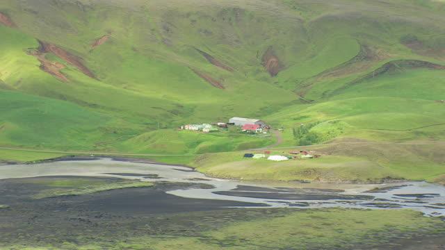 vídeos de stock, filmes e b-roll de ws aerial zi zo view of landmannalaugur campsite near river / iceland - islândia central