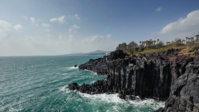 ws t/l view of landscape of coastal feature at jusangjeolli ( spectacular volcanic rock formation at southern coast of jeju island or columnar joint ) / jejudo, south korea - coastal feature stock-videos und b-roll-filmmaterial