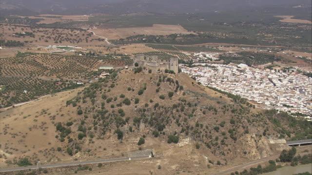 vídeos y material grabado en eventos de stock de ws pov zi aerial view of landscape with almodovar del rio / almodovar del rio, andalusia, spain - castillo estructura de edificio