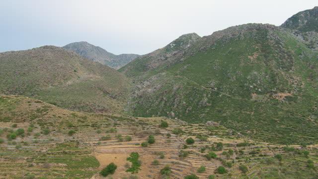 ws aerial view of landscape with trees and hills / nisyros, dodecanese, greece - 50 sekunder eller längre bildbanksvideor och videomaterial från bakom kulisserna