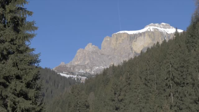 view of langkofel from canazei on sunny day in winter, province of trento, italian dolomites, italy, europe - canazei video stock e b–roll