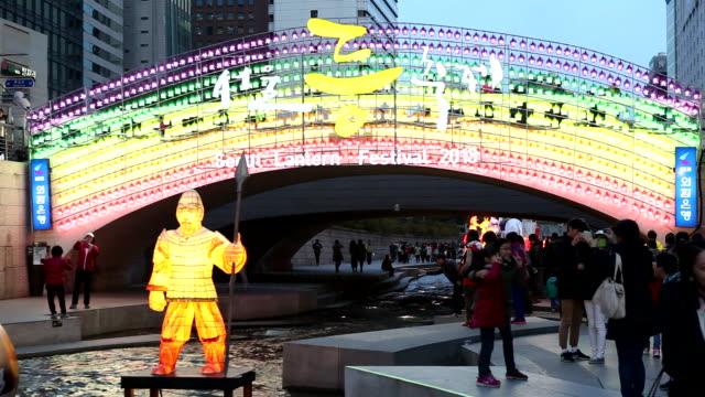 vídeos de stock e filmes b-roll de view of lantern festival at the seoul cheonggyecheon stream - figura masculina