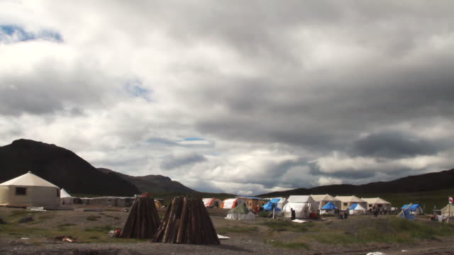ms pan view of large camp site set on field / torgat mtns, labrador, canada - wiese stock videos & royalty-free footage