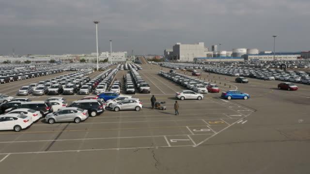 stockvideo's en b-roll-footage met view of large group of cars parking in a row near export pier of pyeongtaek port - scheepvaart