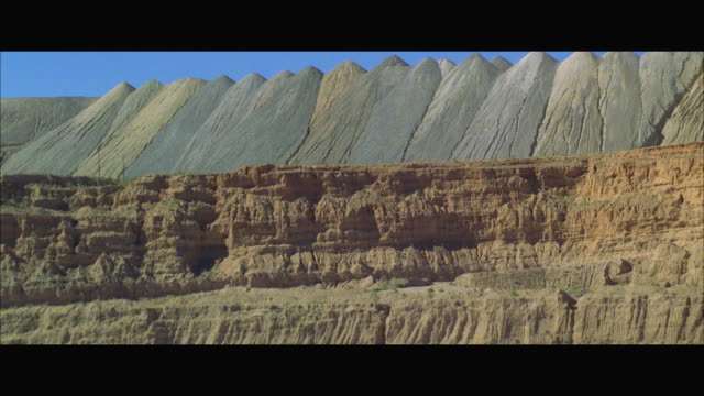 vídeos y material grabado en eventos de stock de ws tu view of large rock quarry in desert - mina