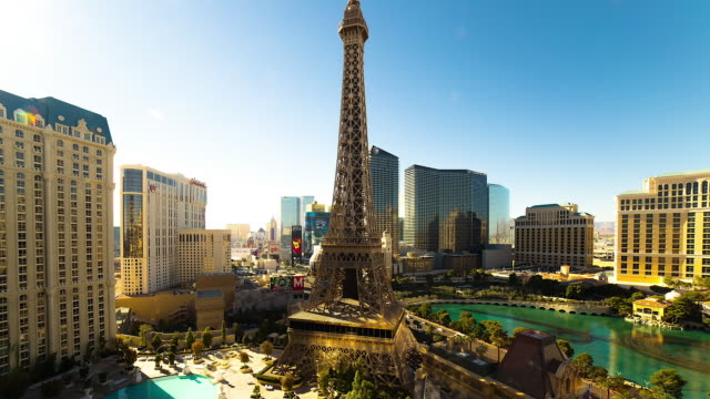view of las vegas' eiffel tower from bally's hotel and casino - replica della torre eiffel video stock e b–roll