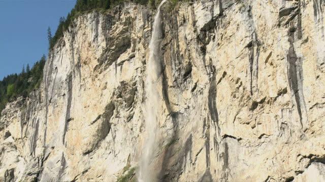 ws td view of lauterbrunnen waterfall at lauterbrunnen  valley / lauterbrunnen, bernese alps, switzerland - kirchturmspitze stock-videos und b-roll-filmmaterial