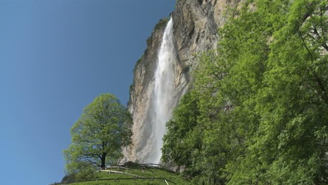 ws view of lauterbrunnen waterfall at lauterbrunnen  valley / lauterbrunnen, bernese alps, switzerland - berner alpen stock-videos und b-roll-filmmaterial