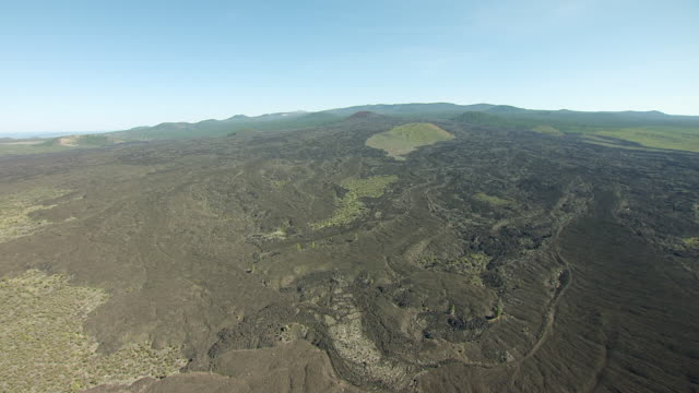 vidéos et rushes de ws aerial pov view of lava butte / california, united states  - piton rocheux
