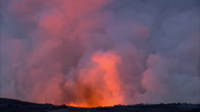 ws view of lava erupting and exploding / mauna kea, hawaii, united states - vulkanlandschaft stock-videos und b-roll-filmmaterial