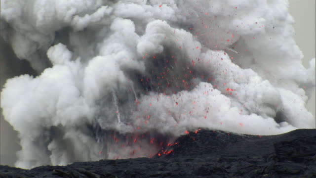 ws zi view of lava exploding / hilo, hawaii, usa - volcano stock videos & royalty-free footage