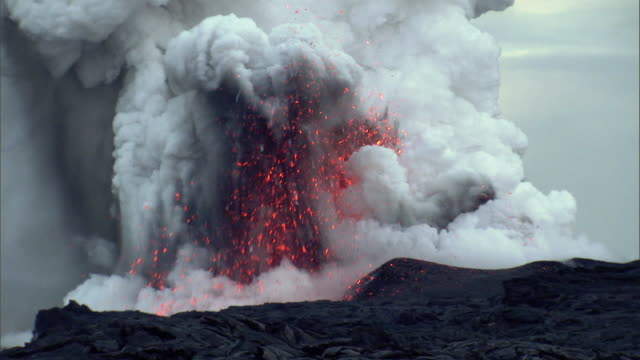 ws view of lava exploding / hilo, hawaii, usa - eruzione video stock e b–roll