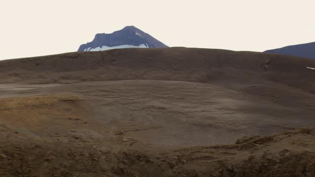 ws aerial view of lava plain and mountain / iceland - vulkanlandschaft stock-videos und b-roll-filmmaterial