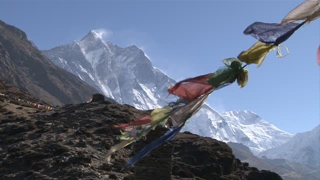 ws view of lhotse peak with prayer flags / dingboche, khumbu region, nepal - khumbu stock videos and b-roll footage