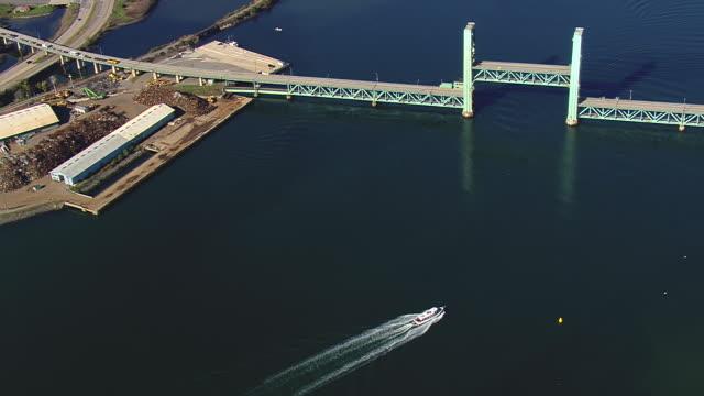 ms aerial zi zo ts view of lifting bridge / new hampshire, united states - 跳開橋点の映像素材/bロール