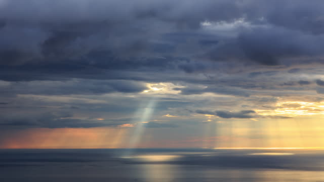 view of light falling from the seoraksan mountain - 灰色点の映像素材/bロール