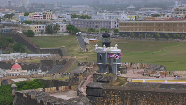 ws aerial pov view of lighthouse on morro castle / old san juan, puerto rico, united states - stilrichtung des 16. jahrhunderts stock-videos und b-roll-filmmaterial