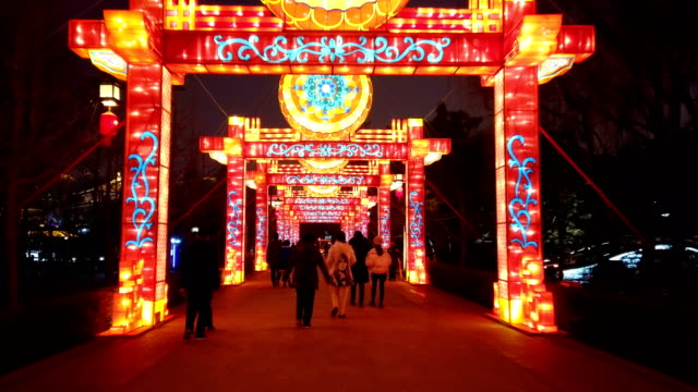vídeos de stock, filmes e b-roll de view of lighting show in tang paradise city for celebrate chinese spring festival / xi'an, shaanxi, china - templo
