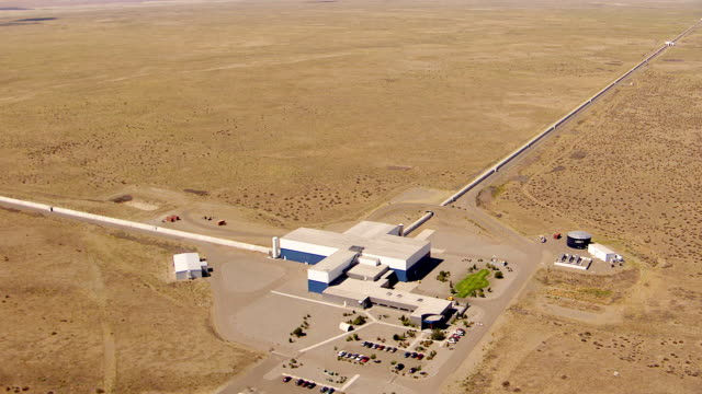 ws aerial view of ligo hanford observatory / richland, washington, united states - observatorium stock-videos und b-roll-filmmaterial
