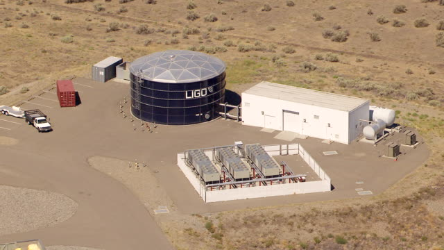 ws aerial zo view of ligo hanford observatory / richland, washington, united states - observatorium stock-videos und b-roll-filmmaterial