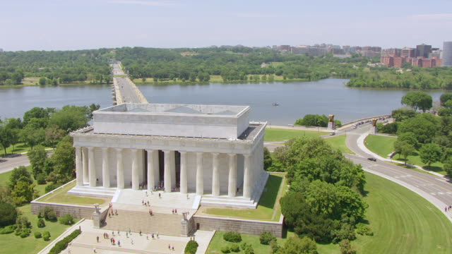 ws aerial pov view of lincoln memorial and potomac river / washington dc, united states - lincolndenkmal stock-videos und b-roll-filmmaterial