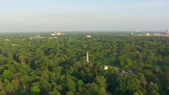ws aerial pov view of lincoln tomb and oak ridge cemetery covered by trees / springfield, illinois, united states - ridge stock videos & royalty-free footage