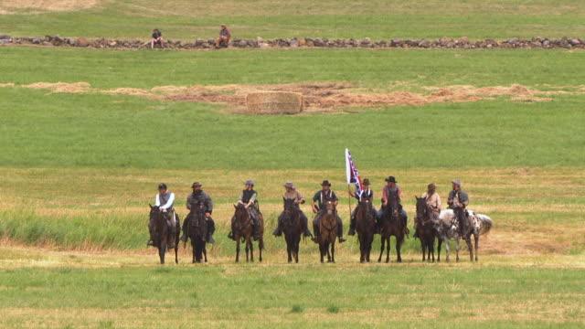vídeos y material grabado en eventos de stock de ws view of line of confederate soldiers on horseback during battle of gettysburg / gettysburg, virginia, united states - cavalry
