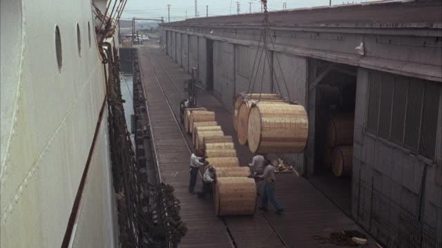 ms tu pan view of loading aboard ship  - ドラム容器点の映像素材/bロール