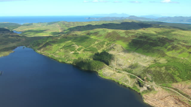 vídeos de stock e filmes b-roll de ws aerial tu view of loch frisa with fish farm cages on water / isle or island of mull, argyll and bute, scotland - ilha mull