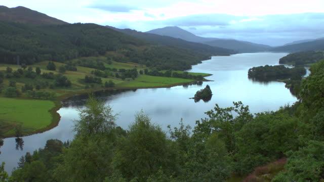 ws view of loch tummel (seen from queens view) / pitlochry, perth and kinross, scotland - loch gewässer stock-videos und b-roll-filmmaterial