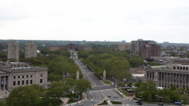 ws t/l view of logan circle and benjamin franklin parkway towards philadelphia museum of art / philadelphia, pennsylvania, usa - logan circle stock videos and b-roll footage