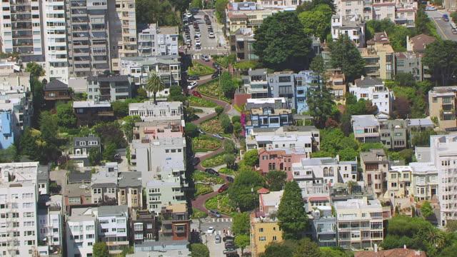 ms aerial pov view of lombard street / san francisco, california, united states - lombard street san francisco bildbanksvideor och videomaterial från bakom kulisserna