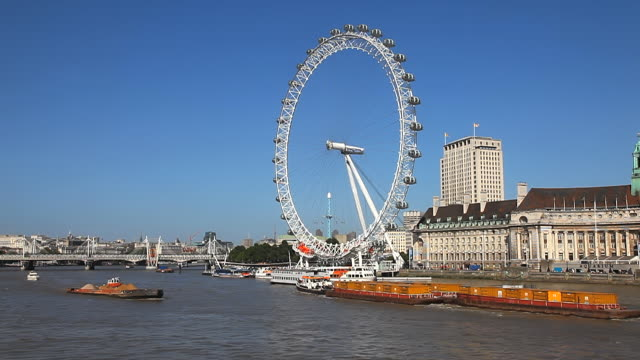 vídeos y material grabado en eventos de stock de ws view of london eye and boats moving on river thames / london, united kingdom - rueda del milenio