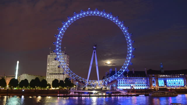 vídeos de stock e filmes b-roll de ws t/l view of london eye and river thames / london, united kingdom  - roda gigante