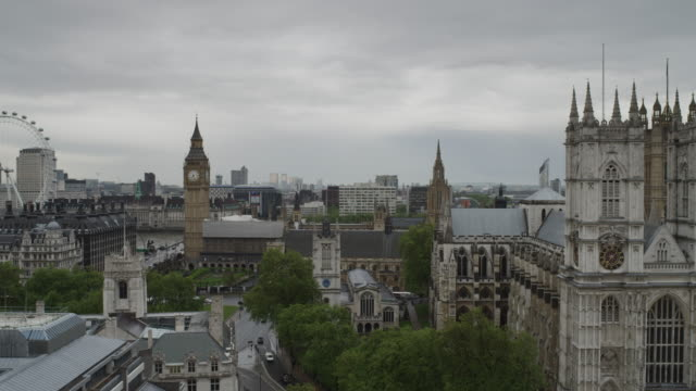 ws ha pan view of london with big ben and london eye / uk - doppeldeckerbus stock-videos und b-roll-filmmaterial