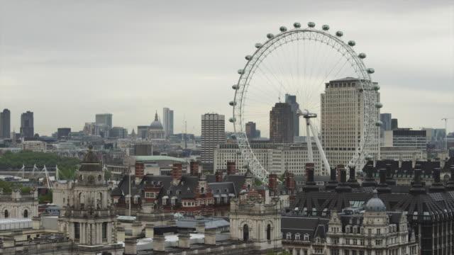 ws ha view of london with london eye / uk - 観覧車点の映像素材/bロール