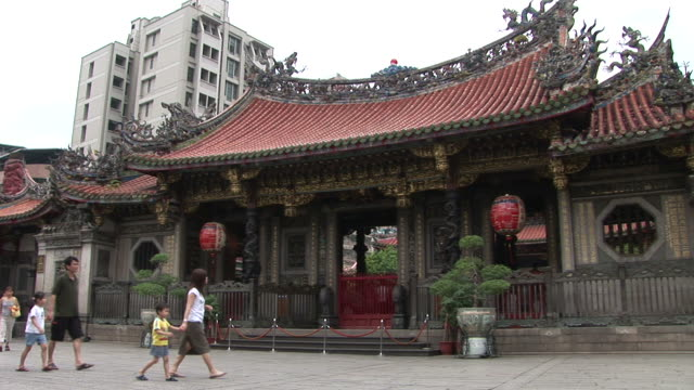 view of longshan temple in taipei taiwan - 宗教施設点の映像素材/bロール