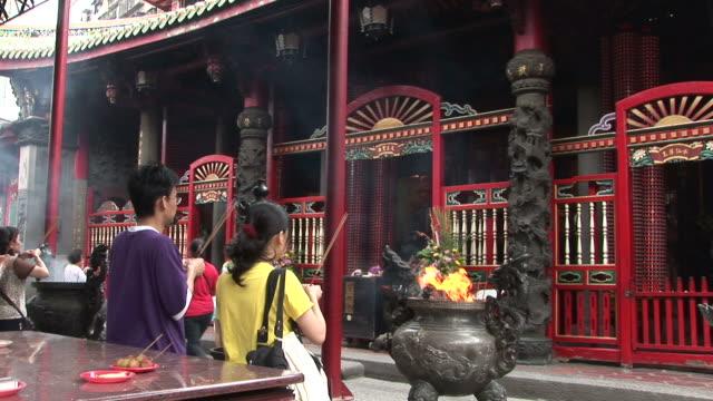 vídeos de stock, filmes e b-roll de view of longshan temple in taipei taiwan - taipei